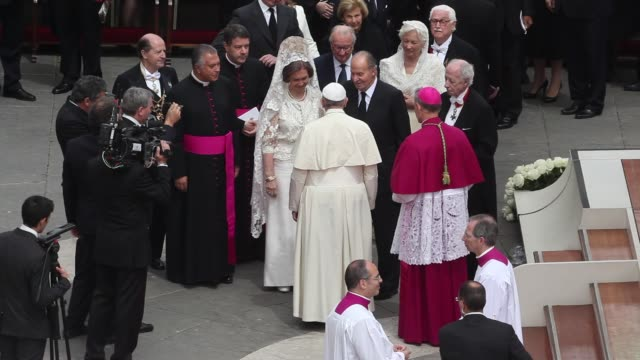 stockvideo's en b-roll-footage met king juan carlos queen sofia of spain pope francis at pope john paul ii and pope john xxiii are declared saints during a vatican mass at st peter's... - pope john xxiii