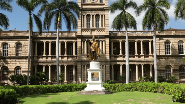 king kamehameha statue and aliiolani hale in honolulu, oahu, hawaii, usa - hawaii islands stock videos & royalty-free footage