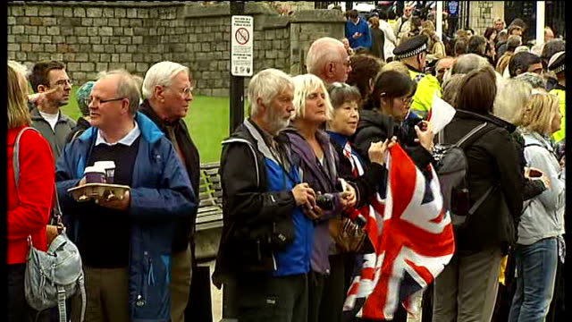 stockvideo's en b-roll-footage met king of bahrain attends queen's diamond jubilee lunch protests at buckingham palace ext beefeater band marching along sot people lined along streets... - yeomen warder