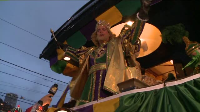 king of new orleans' rex mardi gras parade arrives on a train on feb 16 2015 - festwagen stock-videos und b-roll-filmmaterial