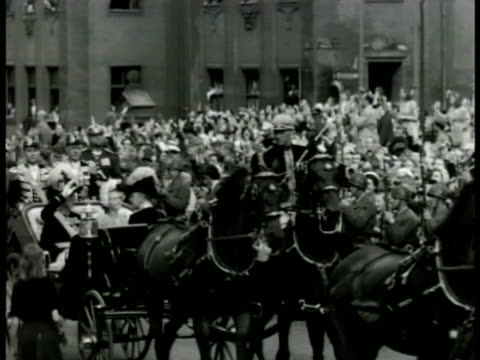 vidéos et rushes de king of sweden oscar gustaf adolf queen victoria of sweden riding horse drawn carriage through parade stockholm sweden - 1928