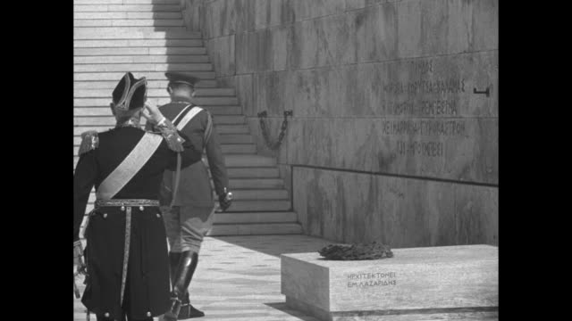 vidéos et rushes de king paul i of greece takes wreath from soldier while those in foreground stand in salute / paul lays wreath upon tomb of the unknown soldier; takes... - athens greece