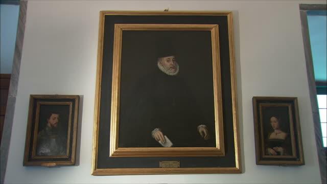 ws zi cu king philip ii portrait, el escorial, northwest of madrid, spain - gemälde stock-videos und b-roll-filmmaterial