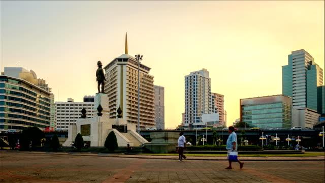vídeos de stock, filmes e b-roll de monumento rama vi com a paisagem urbana localizado na frente do parque lumpini, bangcoc, tailândia - número 6