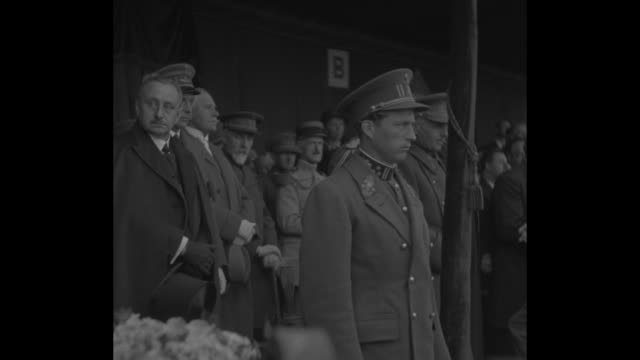 king salutes / leopold iii places a wreath beneath the grenadiers monument commemorating the victims of a world war i german attack of poison gas /... - könig königliche persönlichkeit stock-videos und b-roll-filmmaterial