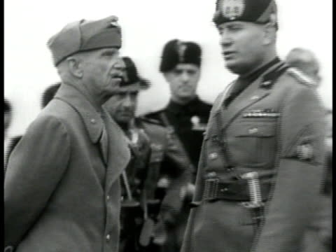 stockvideo's en b-roll-footage met king victor emmanuel iii of italy talking w/ fascist dictator benito mussolini ha ws crowded italians saluting fascism wwii - benito mussolini