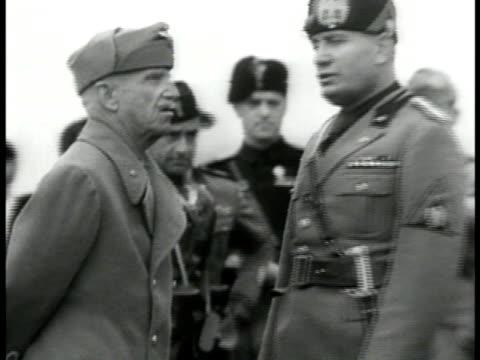 vídeos de stock, filmes e b-roll de king victor emmanuel iii of italy talking w/ fascist dictator benito mussolini ha ws crowded italians saluting fascism wwii - benito mussolini