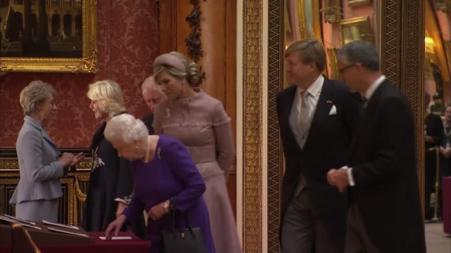 vidéos et rushes de king willemalexander and queen maxima visit royal collection at buckingham palace england london buckingham palace int queen elizabeth ii king... - monarchie