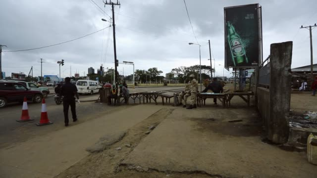 vídeos de stock, filmes e b-roll de king zolu duma bridge , normally packed, lies empty after the police shut down waterside market and quarantine west point to stop the spread of the... - febre hemorrágica