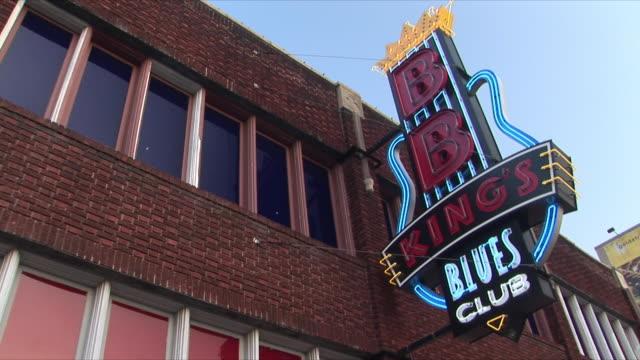 vidéos et rushes de cu la b.b. king's blues club on beale street, memphis, tennessee, usa - menphis
