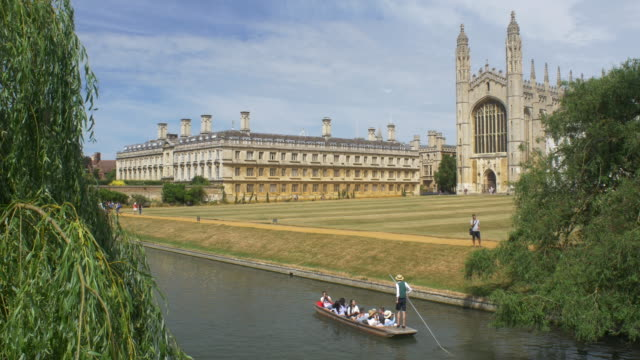 vídeos de stock, filmes e b-roll de kings college chapel across the cam river - king's college cambridge