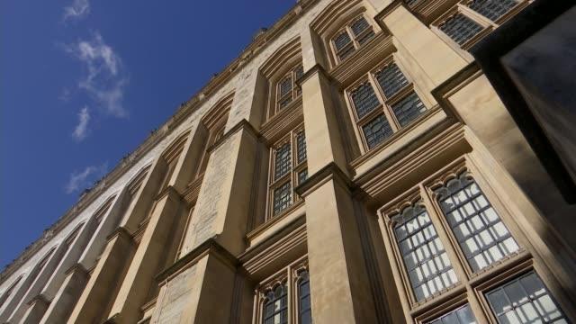 vídeos de stock e filmes b-roll de king's college london recruits 'safe space marshals' england london king's college london ext people along at king's college london university campus... - king's college