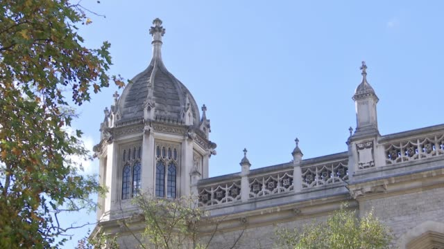 vídeos de stock e filmes b-roll de king's college london recruits 'safe space marshals' london king's college london ext university building people arriving at building - king's college