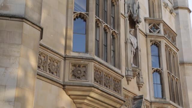vídeos de stock, filmes e b-roll de king´s college on king´s parade, cambridge, cambridgeshire, england, uk, europe - king's college cambridge