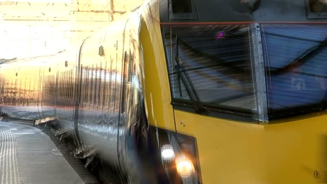 vídeos de stock, filmes e b-roll de king's cross station general views people boarding trains / train arriving at station / departure board / high angle shot crowded station concourse /... - sinal informativo