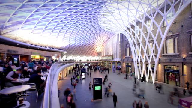 stockvideo's en b-roll-footage met kings cross train station, london - station london king's cross