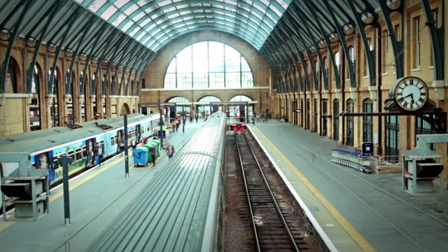stockvideo's en b-roll-footage met kings cross train station, london - station