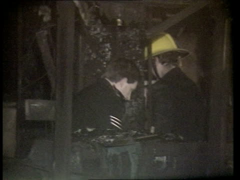 stockvideo's en b-roll-footage met king's cross tube fire events d london king's cross station ms firemen police standing in charred main ticket hall pan rl burnt ticket machines cms... - station london king's cross