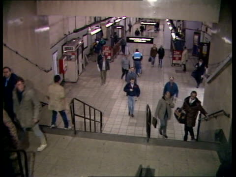 stockvideo's en b-roll-footage met king's cross tube fire investigation b london king's cross station gv ext king's cross station as 'king's cross' above entrance traffic in f/g int... - station london king's cross