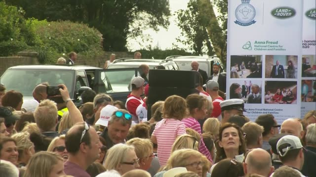 vidéos et rushes de king's cup regatta duke and duchess of cambridge arriving england isle of wight cowes ext crowd waiting / prince william duke of cambridge and... - cowes