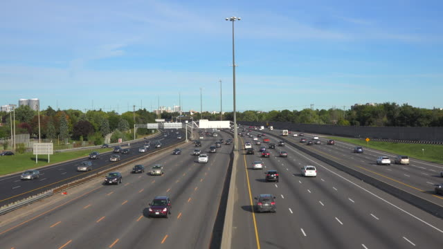 king's highway 401, commonly referred to as highway 401 and also known by its official name as the macdonald–cartier freeway is a 400-series highway... - zweispurige strecke stock-videos und b-roll-filmmaterial