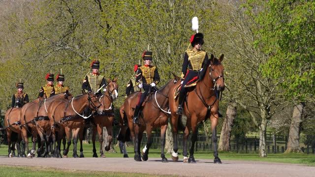 stockvideo's en b-roll-footage met king's troop royal horse artillery during the funeral of prince philip, duke of edinburgh on april 17, 2021 in windsor, england. prince philip of... - koningschap