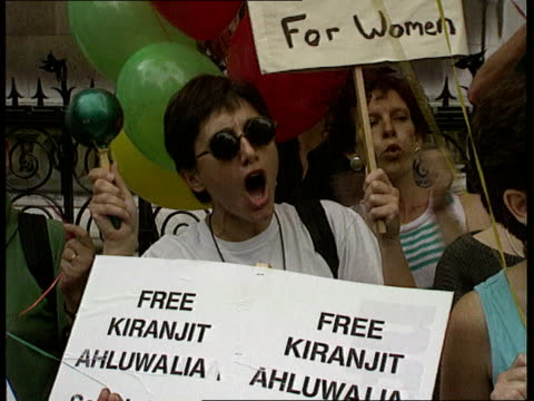 kiranjit ahuwalia murder case appeal naf london strand seq pro ahluwalia demonstrators outside court shouting sof cms demonstrator intvwd sof judges... - kiranjit ahluwalia stock videos & royalty-free footage