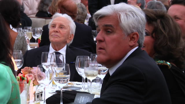 kirk douglas and jay leno at the 2012 vanity fair oscar party hosted by graydon carter - inside party at west hollywood ca. - tv司会 ジェイ・レノ点の映像素材/bロール