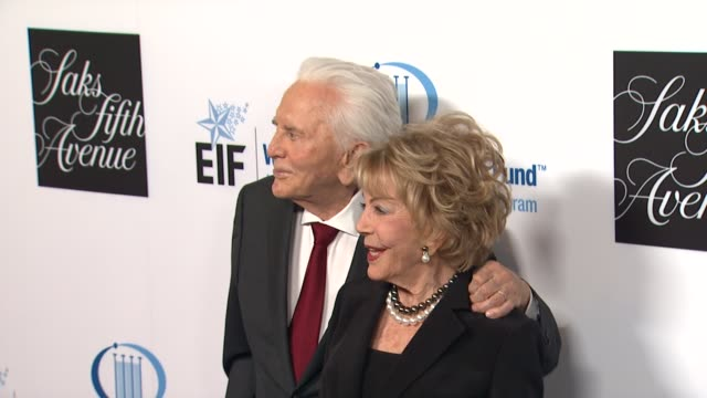 kirk douglas, anne douglas at an unforgettable evening benefiting the entertainment industry foundation's women's cancer research fund on 4/18/12 in... - 俳優 カーク・ダグラス点の映像素材/bロール