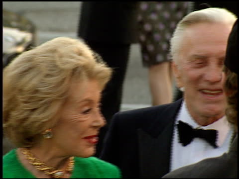 stockvideo's en b-roll-footage met kirk douglas at the 1998 academy awards vanity fair party at morton's in west hollywood california on march 23 1998 - 70e jaarlijkse academy awards