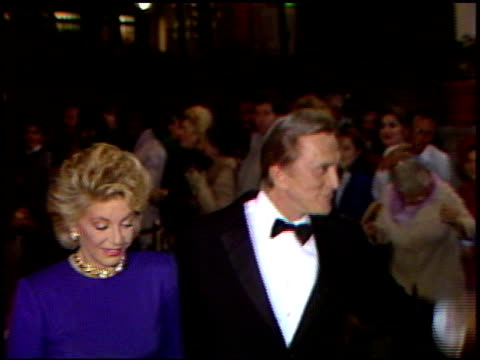 kirk douglas at the 4th annual american cinema awards at the beverly wilshire hotel in beverly hills, california on september 20, 1987. - 俳優 カーク・ダグラス点の映像素材/bロール