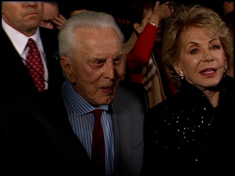 kirk douglas at the chicago premiere at academy theater in beverly hills, california on december 10, 2002. - 俳優 カーク・ダグラス点の映像素材/bロール