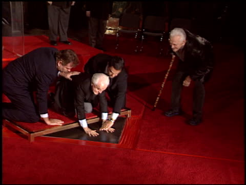 kirk douglas at the dedication of jack valenti's footprints at grauman's chinese theatre in hollywood, california on december 6, 2004. - 俳優 カーク・ダグラス点の映像素材/bロール