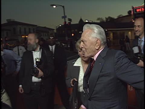 vídeos de stock e filmes b-roll de kirk douglas at the it runs in the family premiere at westwood in westwood, ca. - autografar