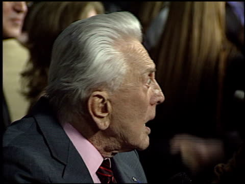 kirk douglas at the 'it runs in the family' premiere on april 7, 2003. - 俳優 カーク・ダグラス点の映像素材/bロール