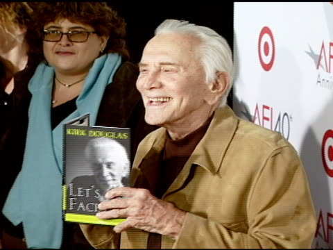 kirk douglas at the target presents afi's 40th anniversary at arclight cinemas in hollywood, california on october 3, 2007. - 俳優 カーク・ダグラス点の映像素材/bロール
