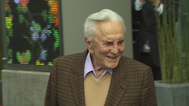 kirk douglas at the zubin mehta honored with a star on the hollywood walk of fame at hollywood ca. - 俳優 カーク・ダグラス点の映像素材/bロール