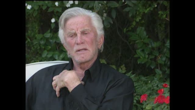 "kirk douglas explains how he feels his son, michael, is a better father than he was: ""...even though michael works very hard ...he makes sure he... - single father stock-videos und b-roll-filmmaterial"