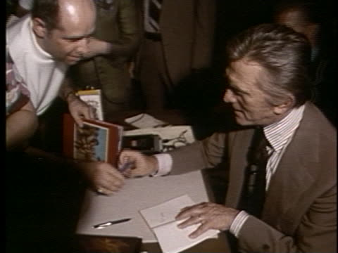 kirk douglas signs posters for fans and talks about producer and wife anne buydens. - anno 1975 video stock e b–roll