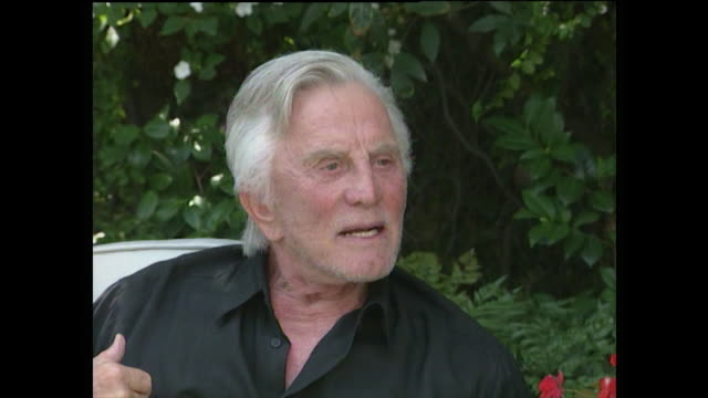 vídeos de stock e filmes b-roll de kirk douglas talks about his father as jewish emigrant from russia who was unable to read or write giving him the chance of an education and to build... - kirk douglas actor