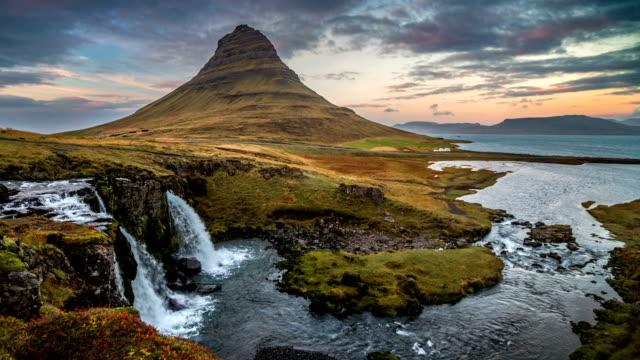 vídeos y material grabado en eventos de stock de kirkjufell islandia atardecer - volcán extinguido