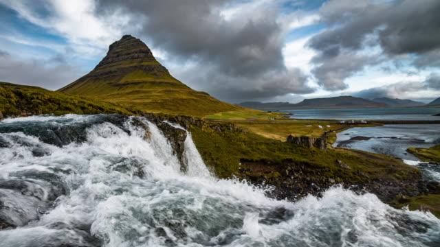 vídeos y material grabado en eventos de stock de kirkjufell paisaje-snaefellsnes península en islandia - volcán extinguido