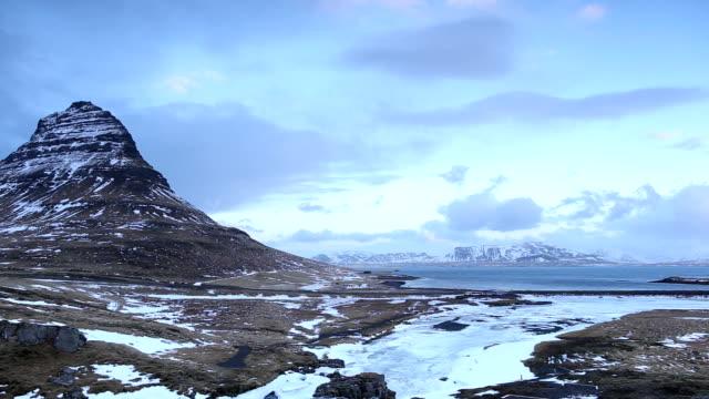 kirkjufell berg in island - snäfellsnes stock-videos und b-roll-filmmaterial