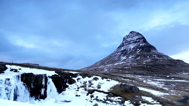 kirkjufell blick auf die berge in island - snäfellsnes stock-videos und b-roll-filmmaterial