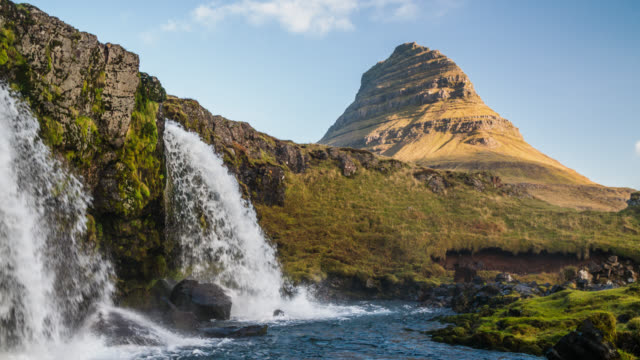 vídeos de stock e filmes b-roll de kirkjufell mountain with waterfall in iceland - slow motion - pináculo formação rochosa
