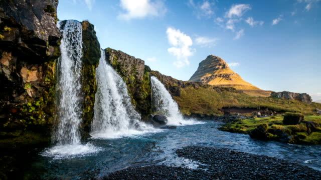 vídeos y material grabado en eventos de stock de cámara lenta: kirkjufell cascada de islandia - volcán extinguido