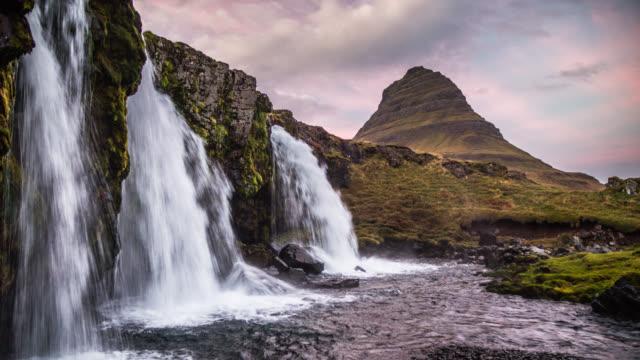 vídeos y material grabado en eventos de stock de cascadas de kirkjufellsfoss y montaña de kirkjufell en islandia - volcán extinguido