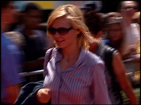 kirsten dunst at the premiere of 'the princess diaries' at the el capitan theatre in hollywood, california on july 29, 2001. - el capitan theatre stock videos & royalty-free footage