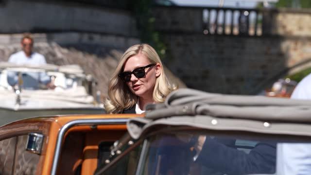 kirsten dunst is seen arriving at the 78th venice international film festival on september 2, 2021 in venice, italy. - avvistamenti vip video stock e b–roll