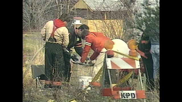 vídeos de stock e filmes b-roll de wjw kirtland police find human remains in the barn owned by the jeffrey lungrenlead cult on january 3 1990 in kirtland ohio - mormonism